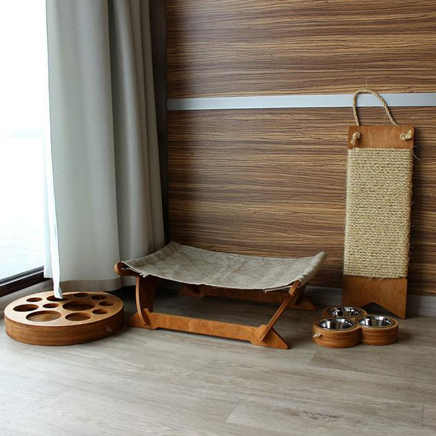 a set for cats consisting of a scratcher, bowls, toys and hammock