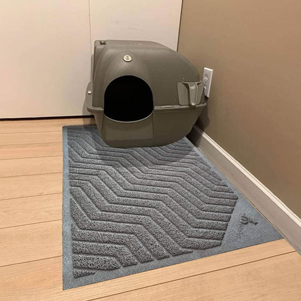 Cat litter mat and box of grey color in the corner